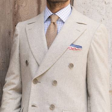 Sand-color overcoat: the precious style of Vicuna